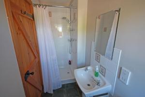 A bathroom at Netherton Farm B&B