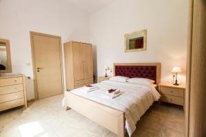 A bed or beds in a room at Agarathos Rooms Kaliviani