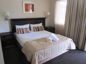 A bed or beds in a room at Highfields Motel Toowoomba