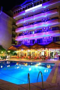 Het zwembad bij of vlak bij Miray Hotel Kleopatra