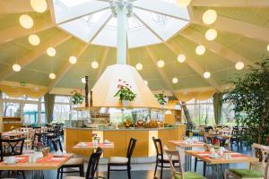 Ein Restaurant oder anderes Speiselokal in der Unterkunft Hotel Am Terrassenufer