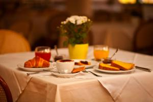 Opções de café da manhã disponíveis para hóspedes em Hotel Moderno