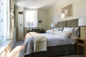 A bed or beds in a room at Beacon Hill Hotel
