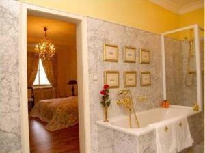 A bathroom at Bastgen Bed & Breakfast