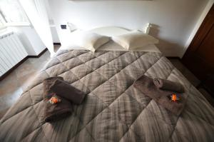 Łóżko lub łóżka w pokoju w obiekcie La Torre Bergamo House