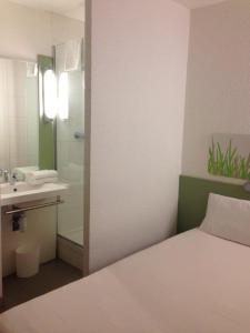 A bathroom at Ibis Budget Rambouillet