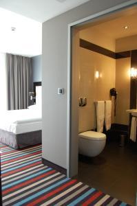 A bathroom at Silver Hotel & Gokart Center