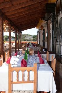 Un restaurante o sitio para comer en Hostal Cafeteria El Mero