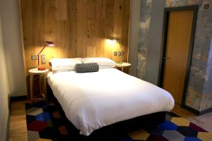 A bed or beds in a room at Cairn Hotel Newcastle Jesmond - Part of the Cairn Collection