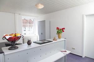A kitchen or kitchenette at Kloster-Remise Wöltingerode