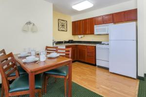 A kitchen or kitchenette at Residence Inn by Marriott Oklahoma City South