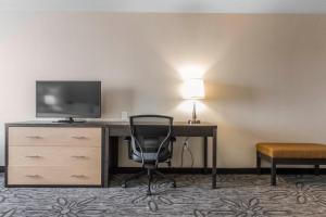 A television and/or entertainment centre at Quality Inn & Suites Kingston