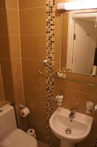 A bathroom at Sapphire Hotel London