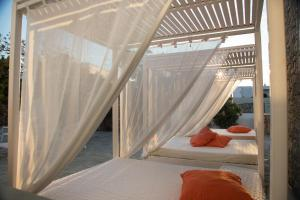 Łóżko lub łóżka w pokoju w obiekcie Aeolos Resort