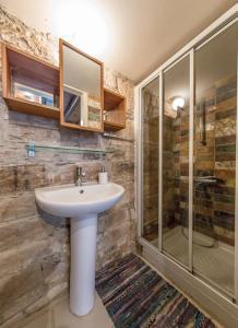 A bathroom at RedBlueDoor