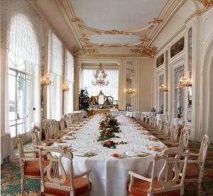 A restaurant or other place to eat at Grand Hotel Des Iles Borromees