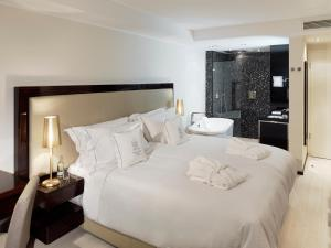 A bed or beds in a room at Boutique Hotel Villa am Ruhrufer Golf & Spa