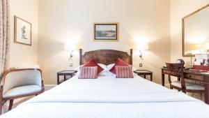 A bed or beds in a room at Petersham Hotel