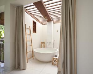 Koupelna v ubytování SALA Samui Choengmon Beach Resort - SHA Plus