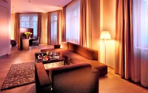 A seating area at Roset Hotel & Residence