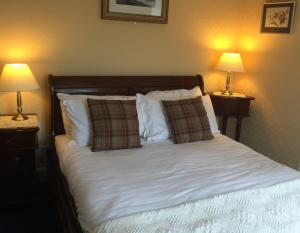 A bed or beds in a room at The Ken Bridge Hotel