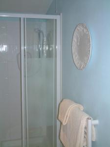 A bathroom at West Lodge Hotel