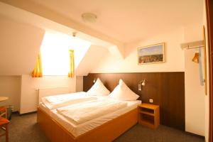 A bed or beds in a room at Pension bei der Marienkirche