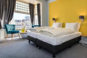 A bed or beds in a room at Villahotel Vlissingen