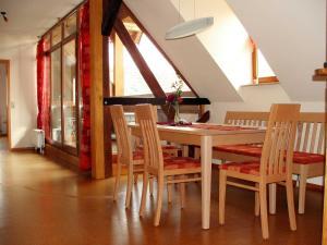 Ein Restaurant oder anderes Speiselokal in der Unterkunft Ferienwohnung Am Jakobsweg