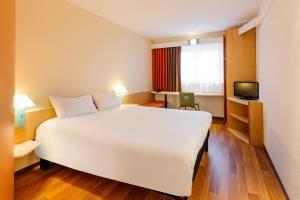 Кровать или кровати в номере ibis Berlin Dreilinden