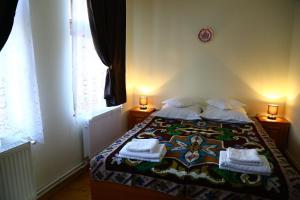 Un pat sau paturi într-o cameră la Pensiunea Moara Lu Antone