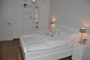 A bed or beds in a room at White Cottage Garden