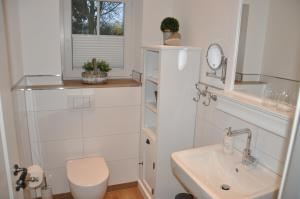 A bathroom at White Cottage Garden