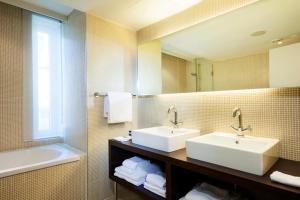 A bathroom at Park Inn by Radisson Antwerpen