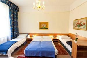 A bed or beds in a room at Hotel-Pension Bleckmann