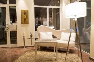 A seating area at Arthotel ANA Petite