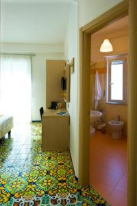A bathroom at Hotel Torre Di Milo