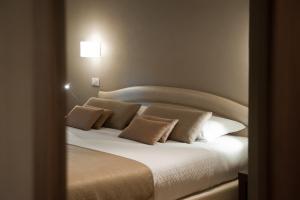 Ein Bett oder Betten in einem Zimmer der Unterkunft Hotel Carla