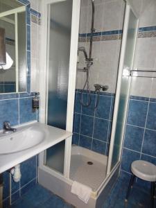 A bathroom at Hotel de France