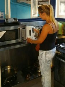 A kitchen or kitchenette at Reef Lodge Backpackers