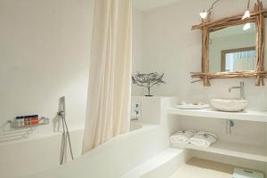A bathroom at Hotel Es Marès