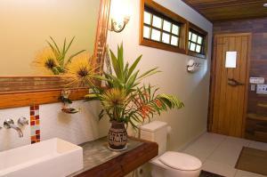 Um banheiro em Pousada Recanto do Pinheirão