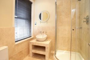 A bathroom at Urban Beach Hotel