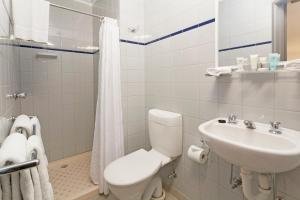 A bathroom at Causeway Inn On The Mall