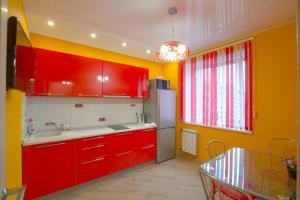 Кухня или мини-кухня в Apartment on Vodopyanova, 2a by KrasStalker