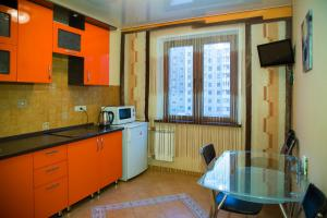 Кухня или мини-кухня в Apartment on 78 Dob. brigady, 4-2 by KrasStalker