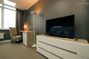 Телевизор и/или развлекательный центр в Apartment on Alekseyeva, 49 by KrasStalker