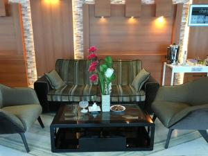 Uma área de estar em Beet Al Malqa Furnished Apartments