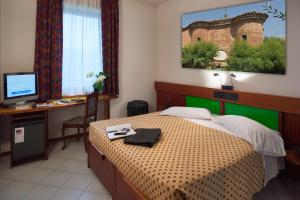 A bed or beds in a room at Hotel Il Maglio