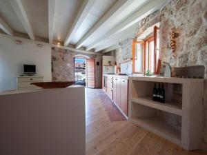 A kitchen or kitchenette at Holiday Home Kut